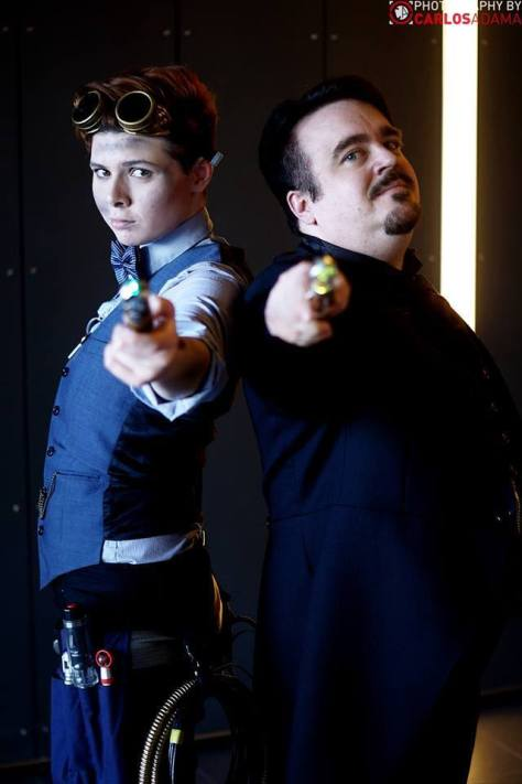 Cosplayers: Lil Prince Costumes and Ian Sharman Characters: Eleventh Doctor (TARDIS Repair mode) and the Master Photo: Carlos Adama Geek Photography